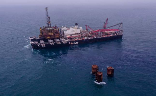 Pioneering Spirit lifts Brent Bravo platform topsides from North Sea