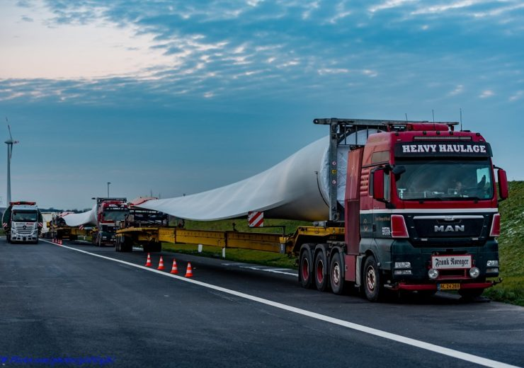 Wind turbine blade on truck Flickr Rab Lawrence
